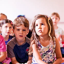Staunende Kinder an der SIS Swiss International School